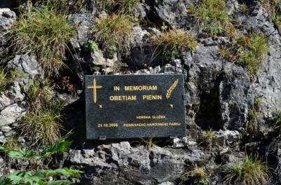 Tablica pamięci ofiarom Pienin w skale Osobita (Sama Jedna)