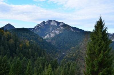 Trzy Korony – widok z Przełęczy pod Klasztorną Górą.