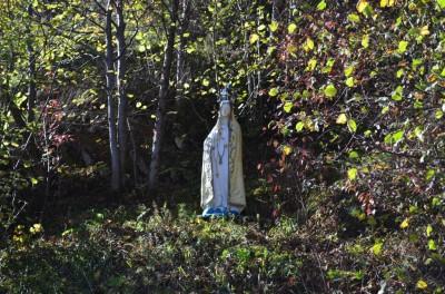 Figura Matki Boskiej na skale Zawiesy.